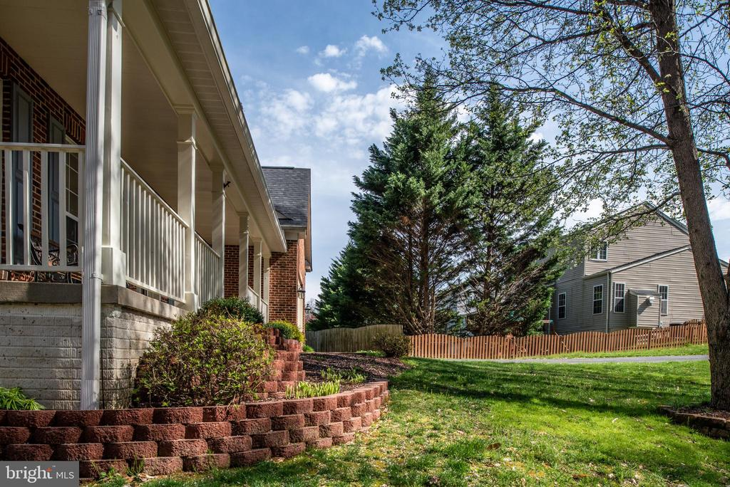 Custom landscaping enhances the beauty of the home - 28 FIREBERRY BLVD, STAFFORD