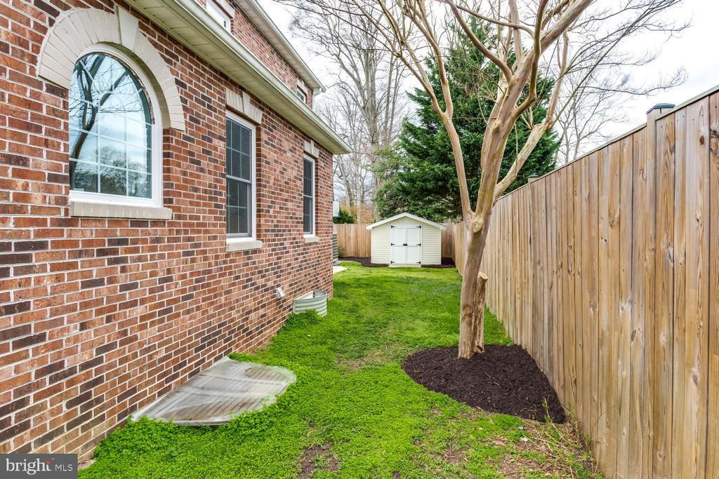 Side yard - 8012 BAINBRIDGE RD, ALEXANDRIA