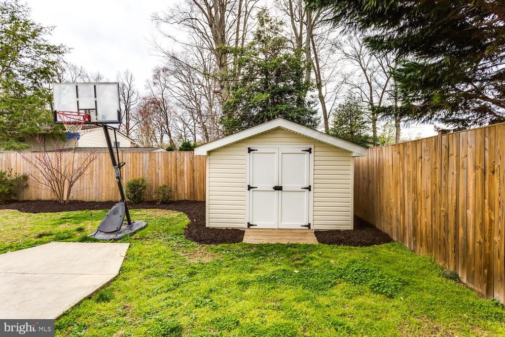 Custom built  storage shed with double doors - 8012 BAINBRIDGE RD, ALEXANDRIA