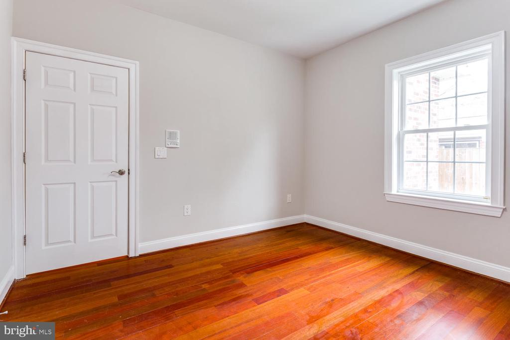 Third main floor bedroom - 8012 BAINBRIDGE RD, ALEXANDRIA