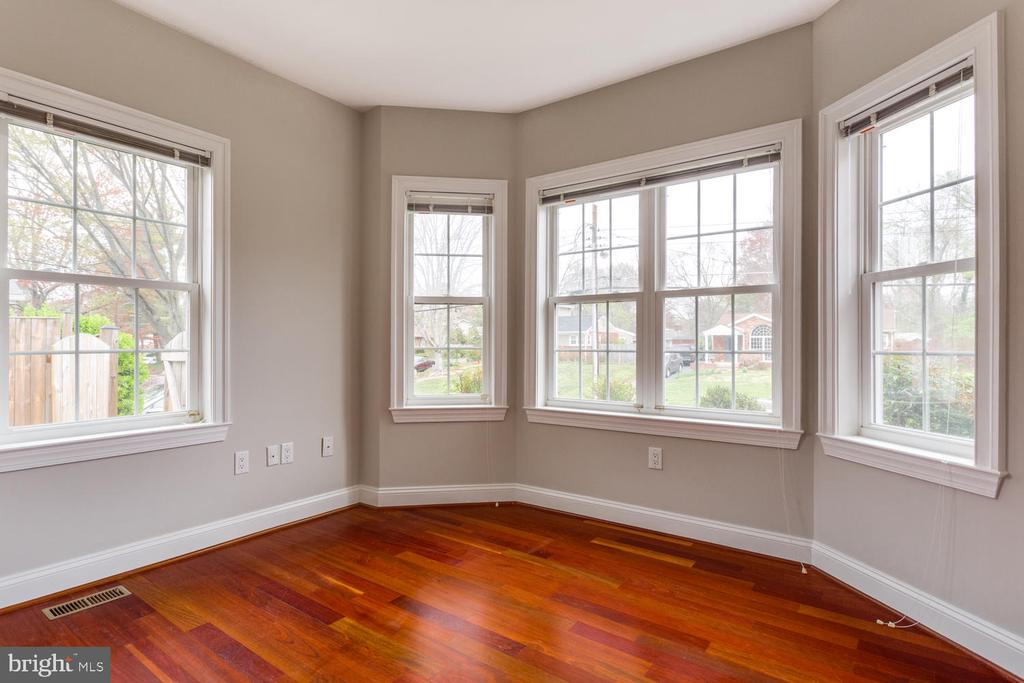 Fourth bedroom with bay window - 8012 BAINBRIDGE RD, ALEXANDRIA