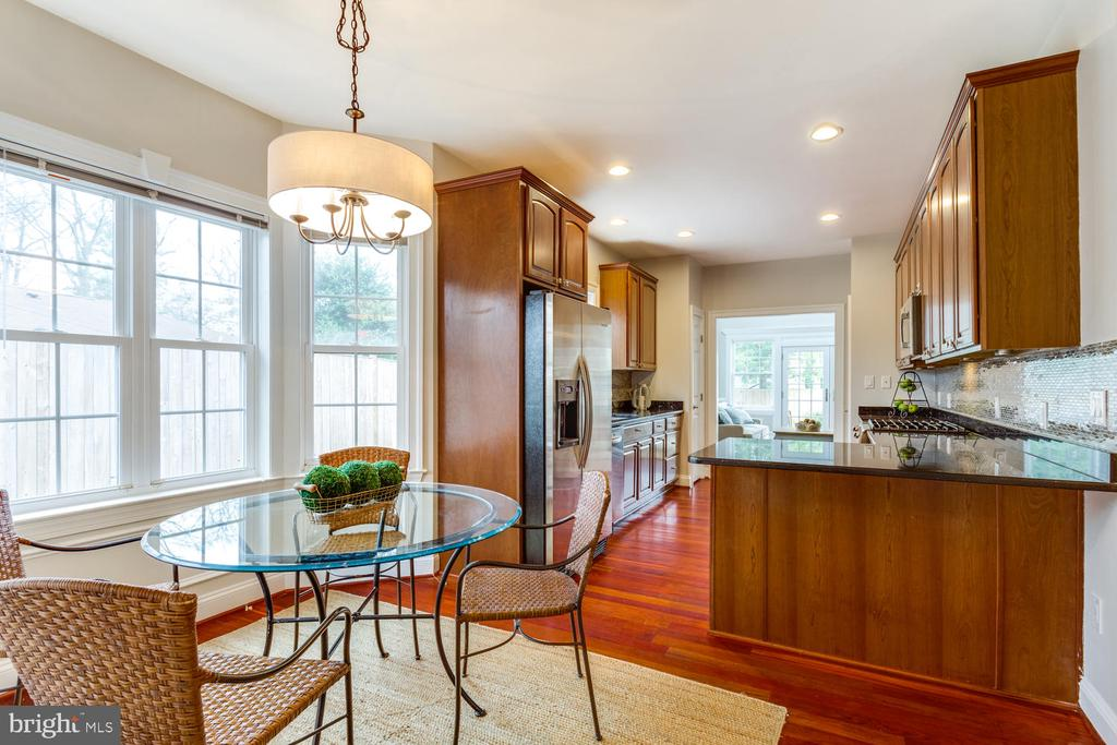 Ear-in kitchen with bay window - 8012 BAINBRIDGE RD, ALEXANDRIA