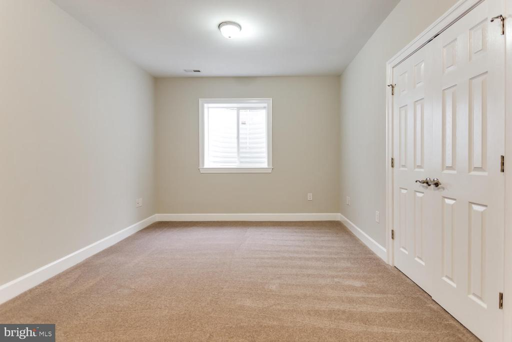 Each bedroom has generous closet space - 8012 BAINBRIDGE RD, ALEXANDRIA
