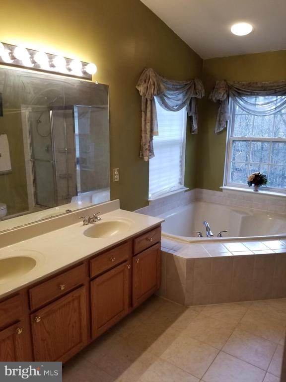 Soaking Tub and Dual Sinks - 21 SLATE DR, FREDERICKSBURG