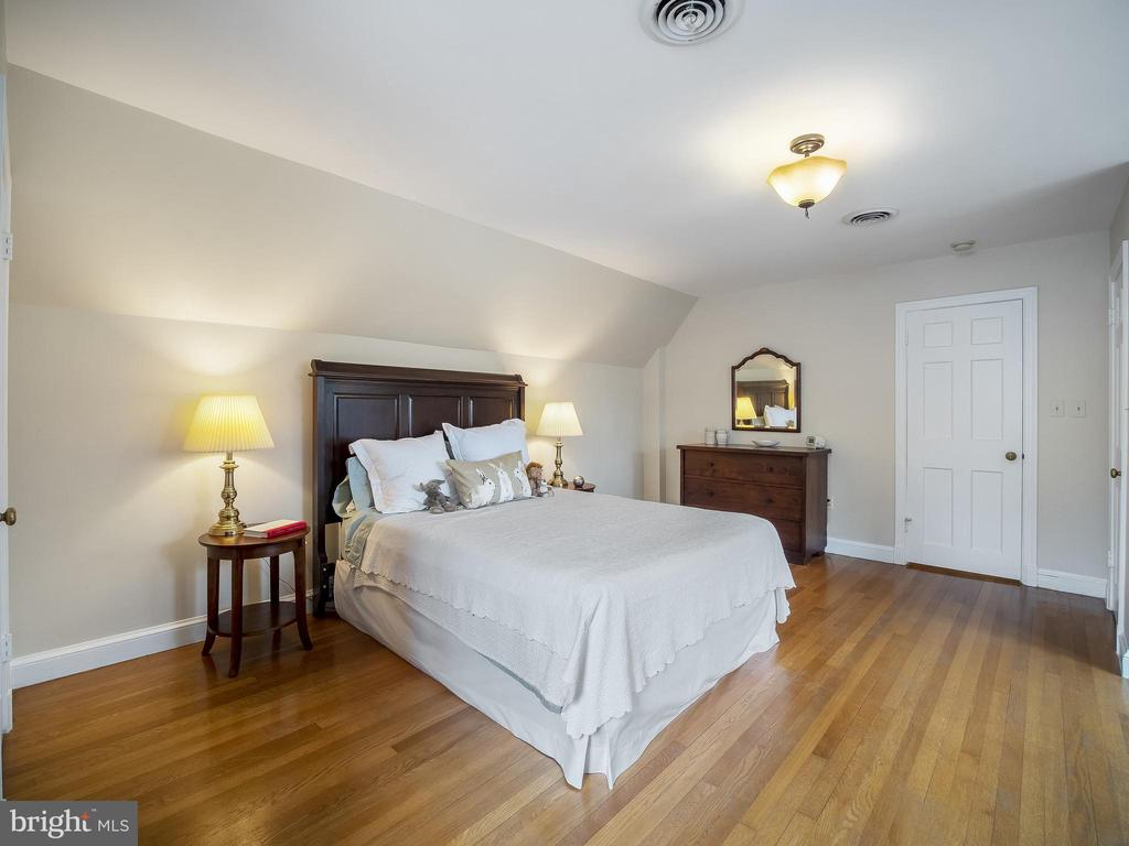 Large upper-level bedroom - 915 MCCENEY AVE, SILVER SPRING