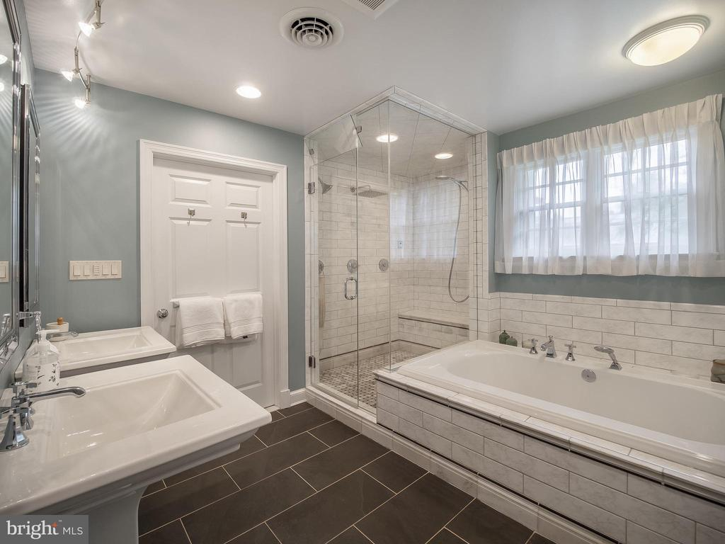 Huge master bathroom - 915 MCCENEY AVE, SILVER SPRING