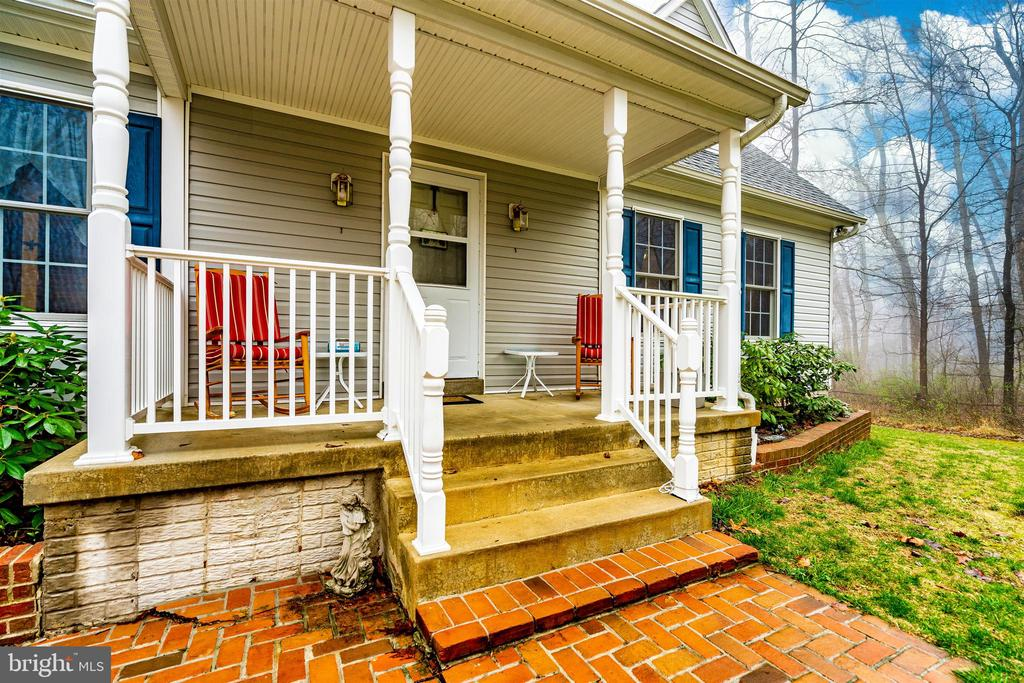 Inviting front porch - 8354 HORNETS NEST RD, EMMITSBURG