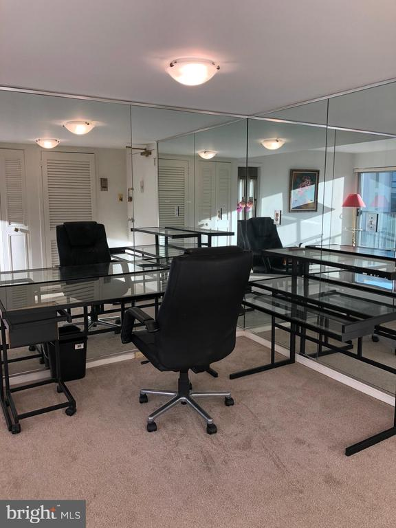 Dining Area or Office w/mirrored walls - 1300 ARMY NAVY DR #1012, ARLINGTON