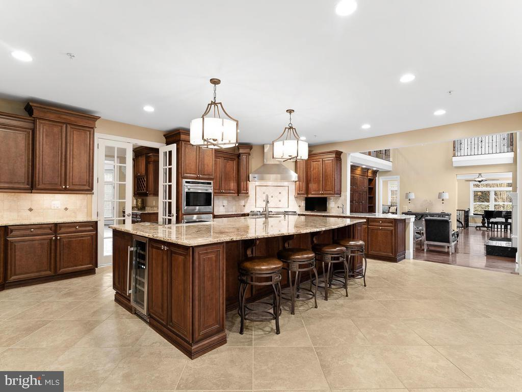 HUGE ISLAND KITCHEN - 10801 WINDCLOUD CT, OAKTON
