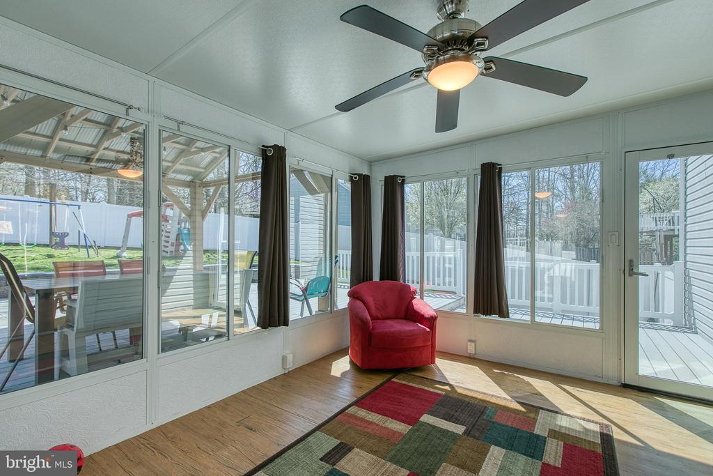 The sun-room is the perfect place to relax - 435 OAKRIDGE DR, STAFFORD