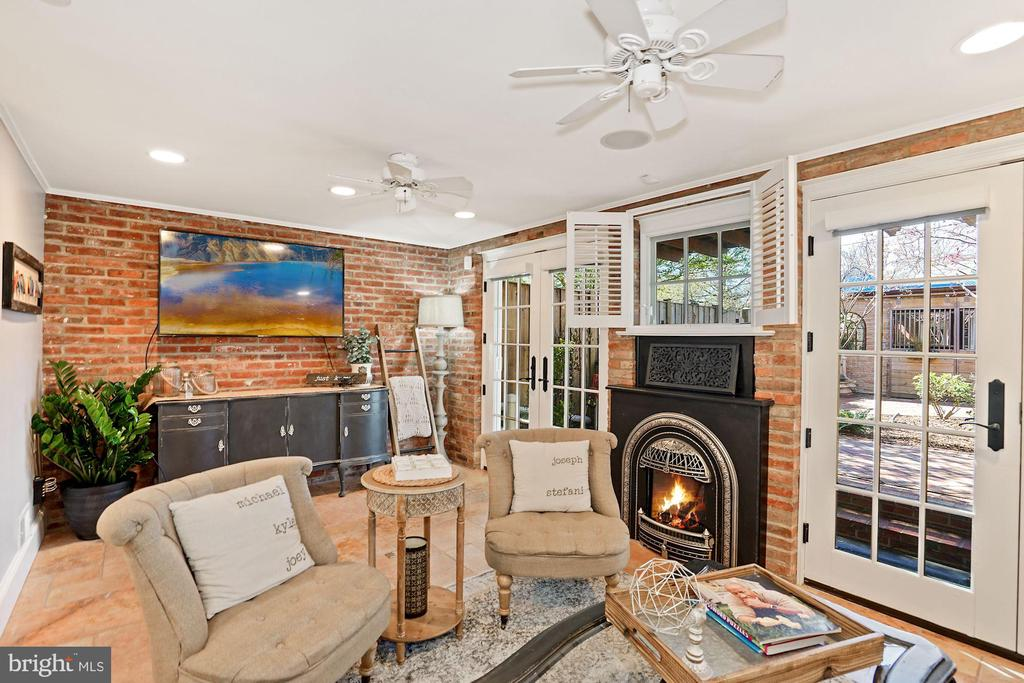 Family Room with reclaimed brick and pine flooring - 320 N PATRICK ST, ALEXANDRIA