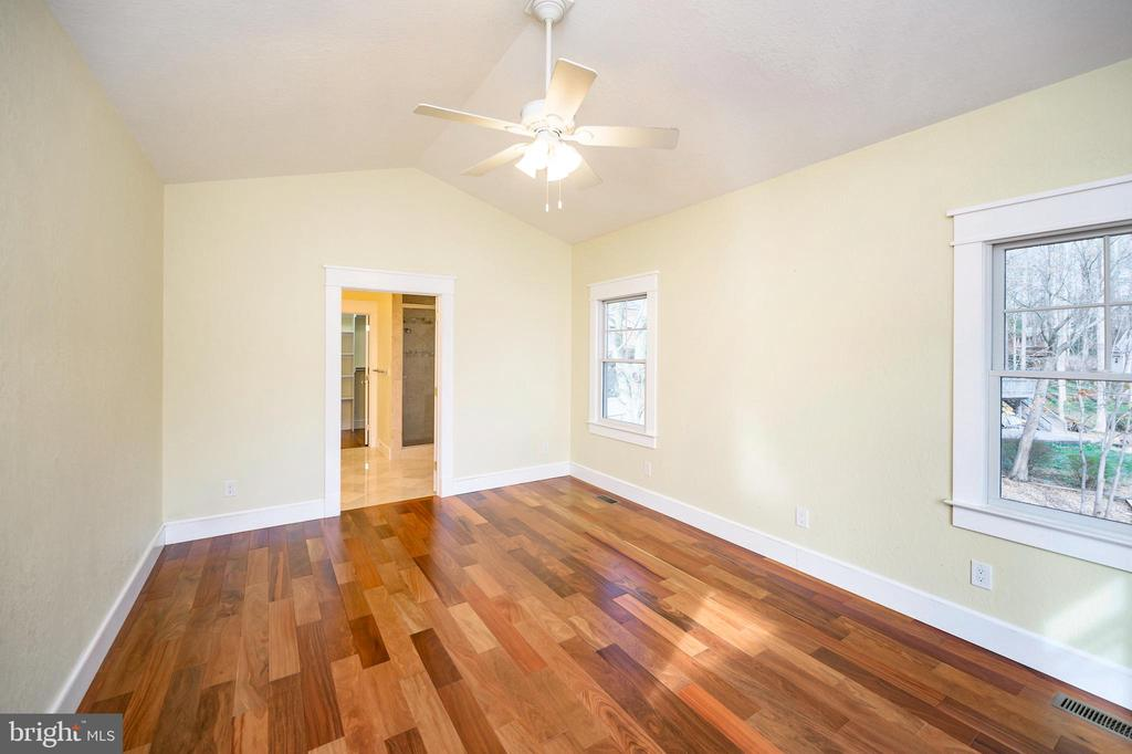 Light-filled master with attached bath - 123 MT VERNON CT, LOCUST GROVE