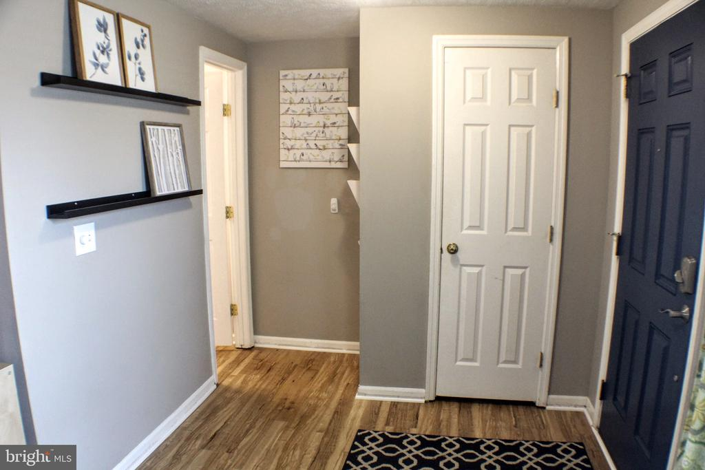Bright, lg.  entry way with hall closet & 1/2 bath - 44084 FERNCLIFF TER, ASHBURN