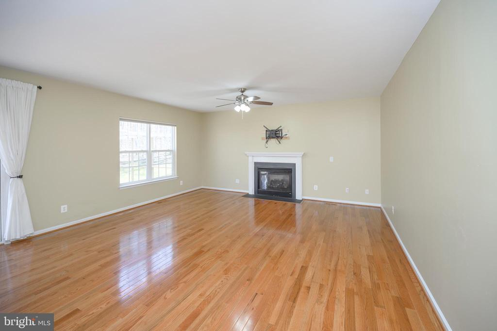 Living Room with gas fireplace - 10111 BROOKRUN CT, SPOTSYLVANIA