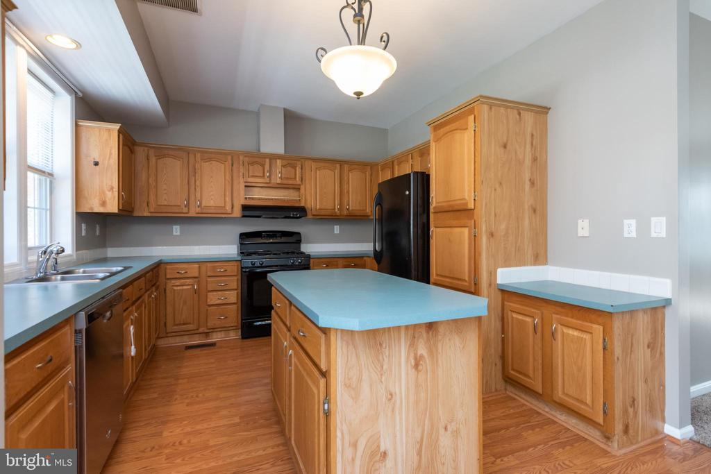 Equipped kitchen with plenty of cabinet space - 7504 COVE POINT WAY, ELKRIDGE