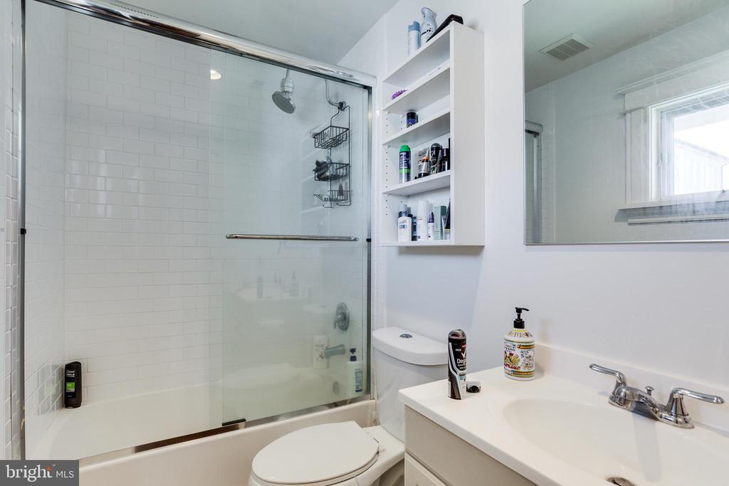 Full Bathroom 2 - 4311 BRADLEY LN, CHEVY CHASE