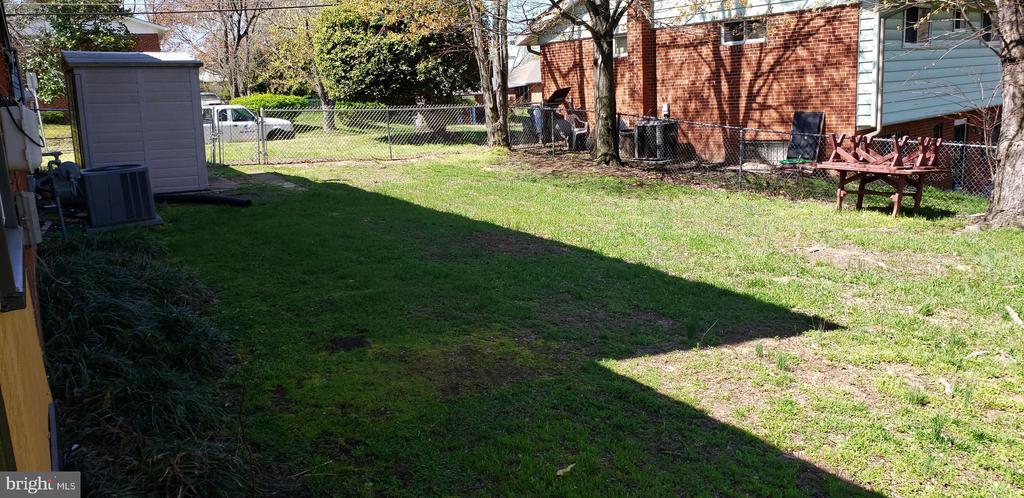 Huge Fenced in Back Yard - 6100 ELMENDORF DR, SUITLAND
