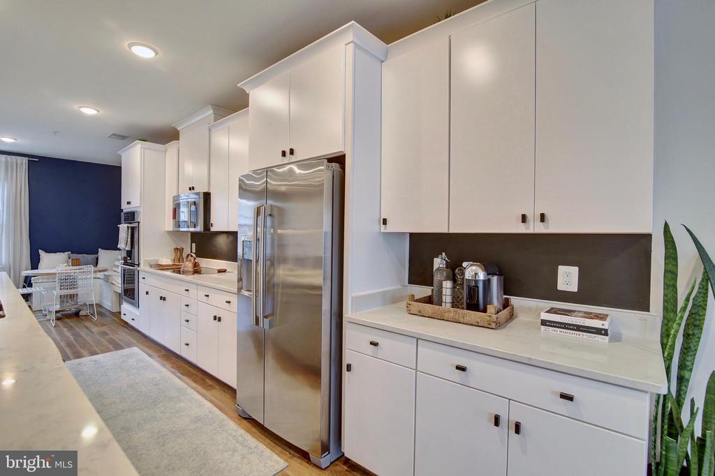 Classy,  modern white cabinets - 20539 MILBRIDGE TER, ASHBURN