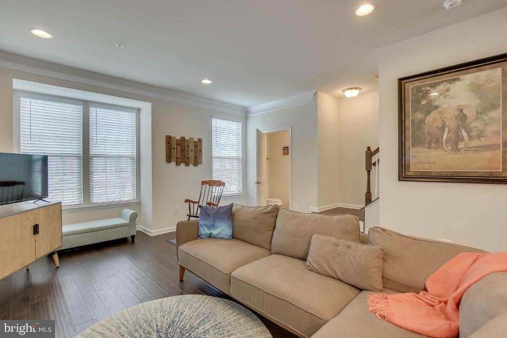 Light-filled family room, convenient half bath - 5812 ROCHEFORT ST, IJAMSVILLE