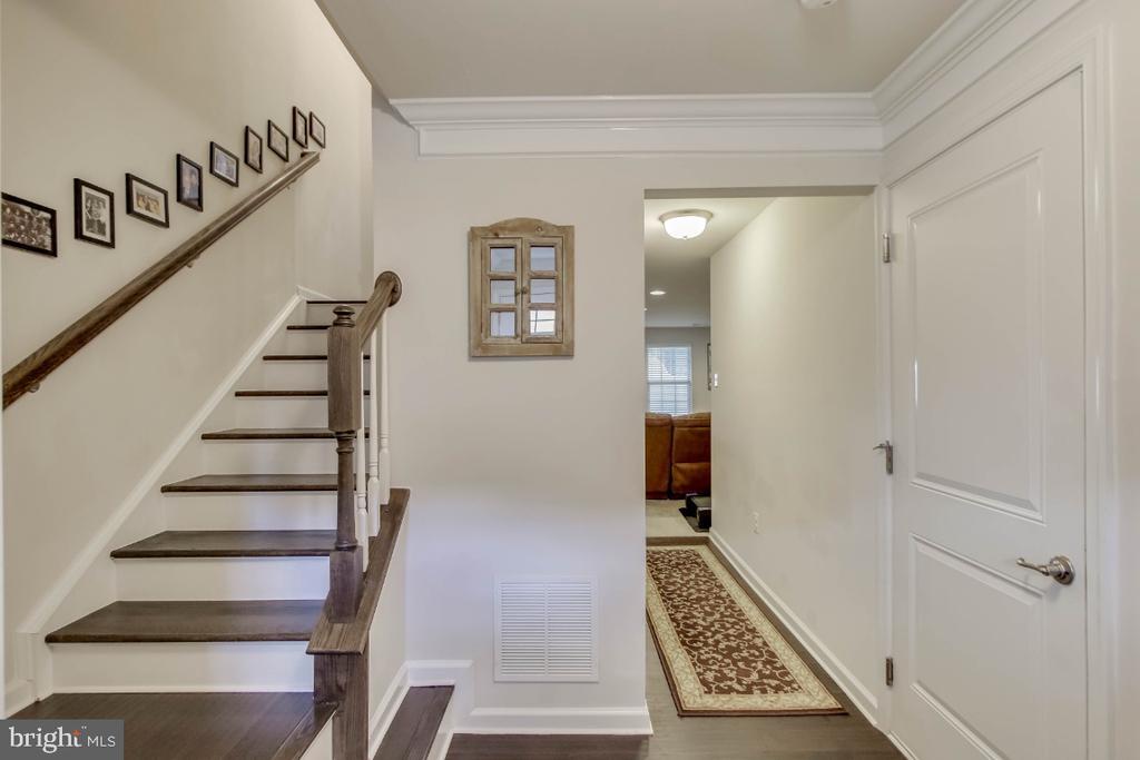 Ugraded  hand-scraped hardwood flooring, stairs - 5812 ROCHEFORT ST, IJAMSVILLE