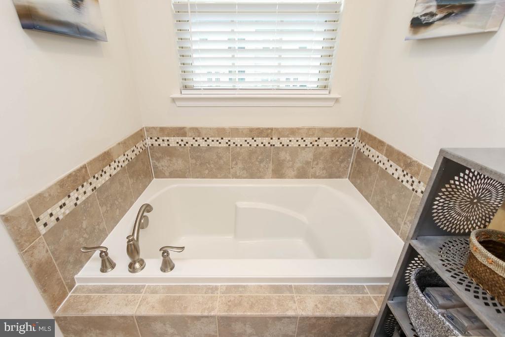 Designer tile surrounds the soaking tub - 5812 ROCHEFORT ST, IJAMSVILLE