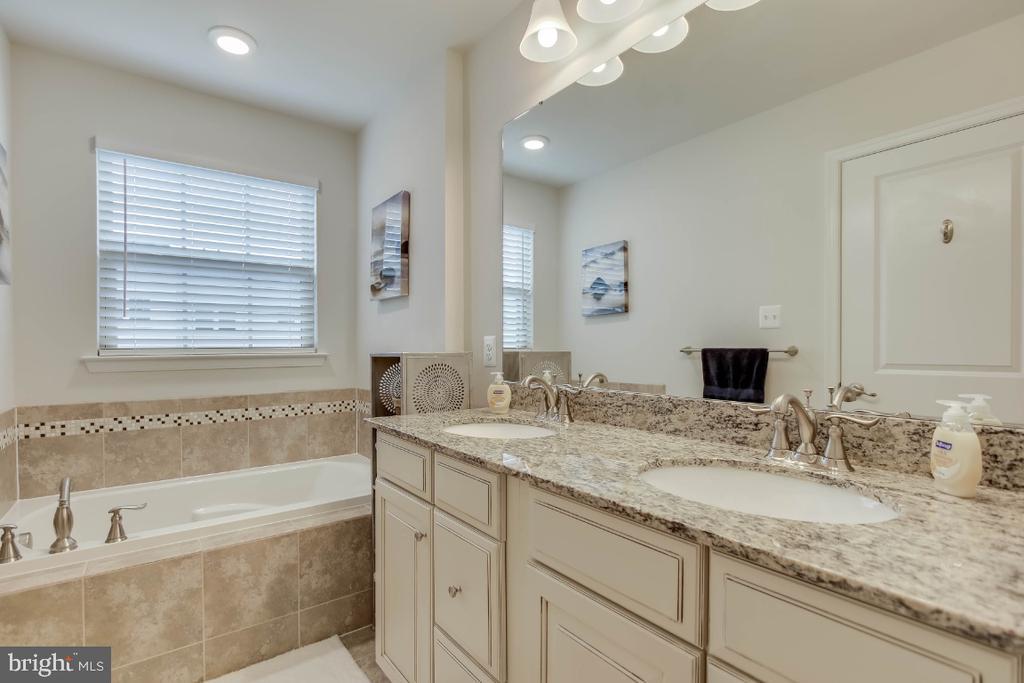 Upgraded owner suite bath, granite top vanity - 5812 ROCHEFORT ST, IJAMSVILLE