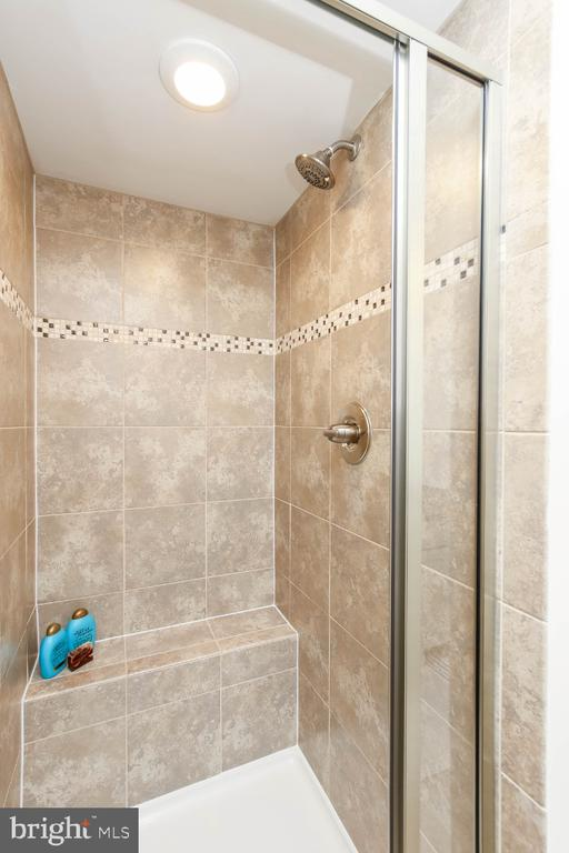 Step into  your floor-to-ceiling tiled shower - 5812 ROCHEFORT ST, IJAMSVILLE