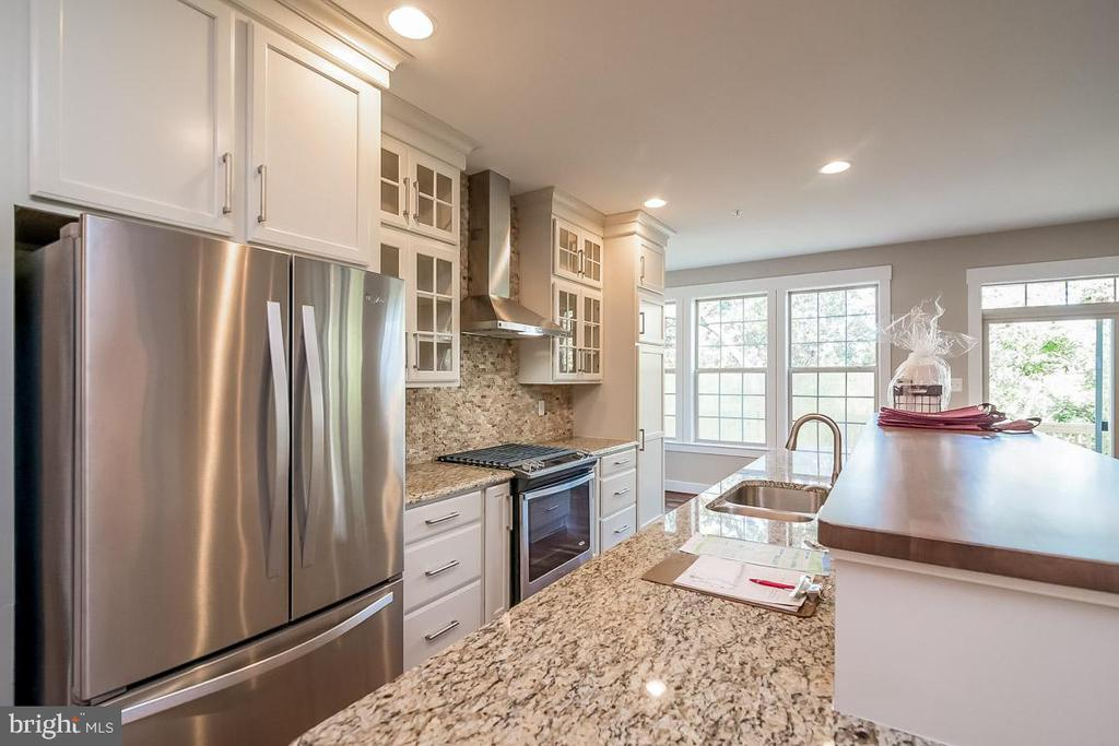 Gourmet kitchen with all the upgrades. - 344 SADDLE RD, NEW MARKET