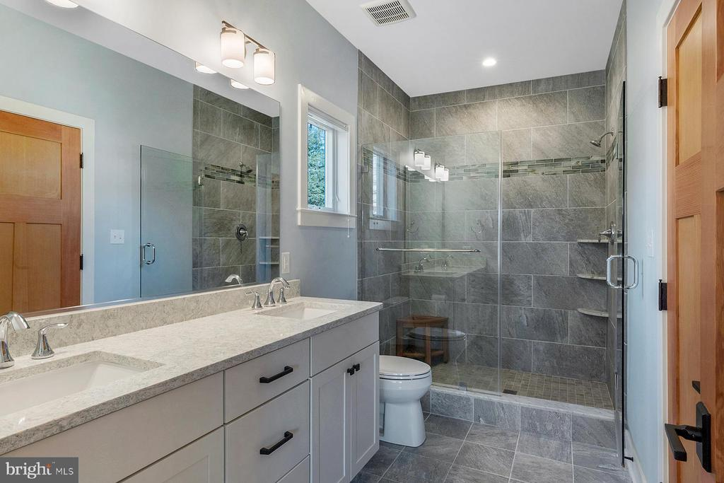 Oversized shower and dual sink vanity - 1696 BEECH LN, ANNAPOLIS