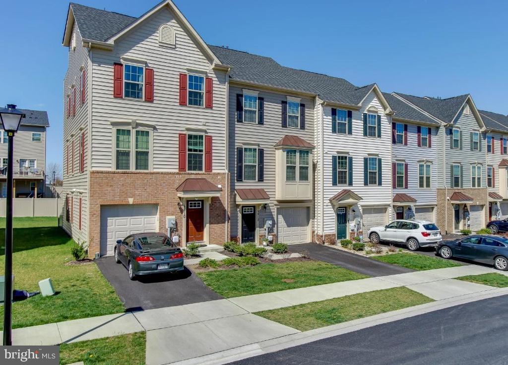 This spacious Villages of Oakdale home awaits you - 5812 ROCHEFORT ST, IJAMSVILLE