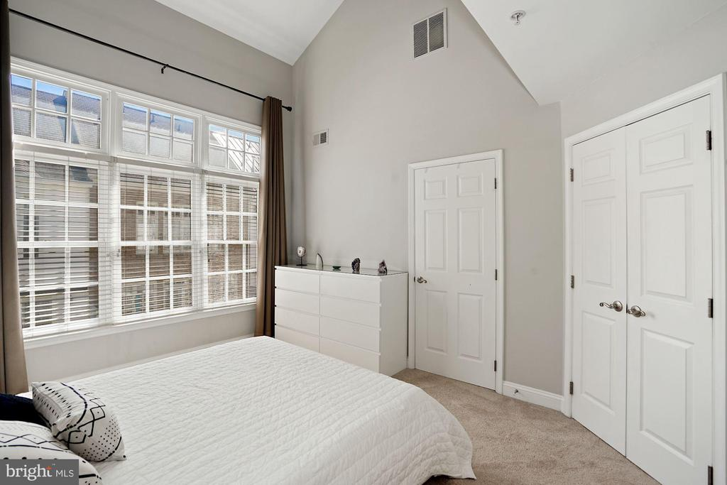 Master Bedroom w/ Ensuite Bath and Walk In Closet - 308 S PAYNE ST, ALEXANDRIA