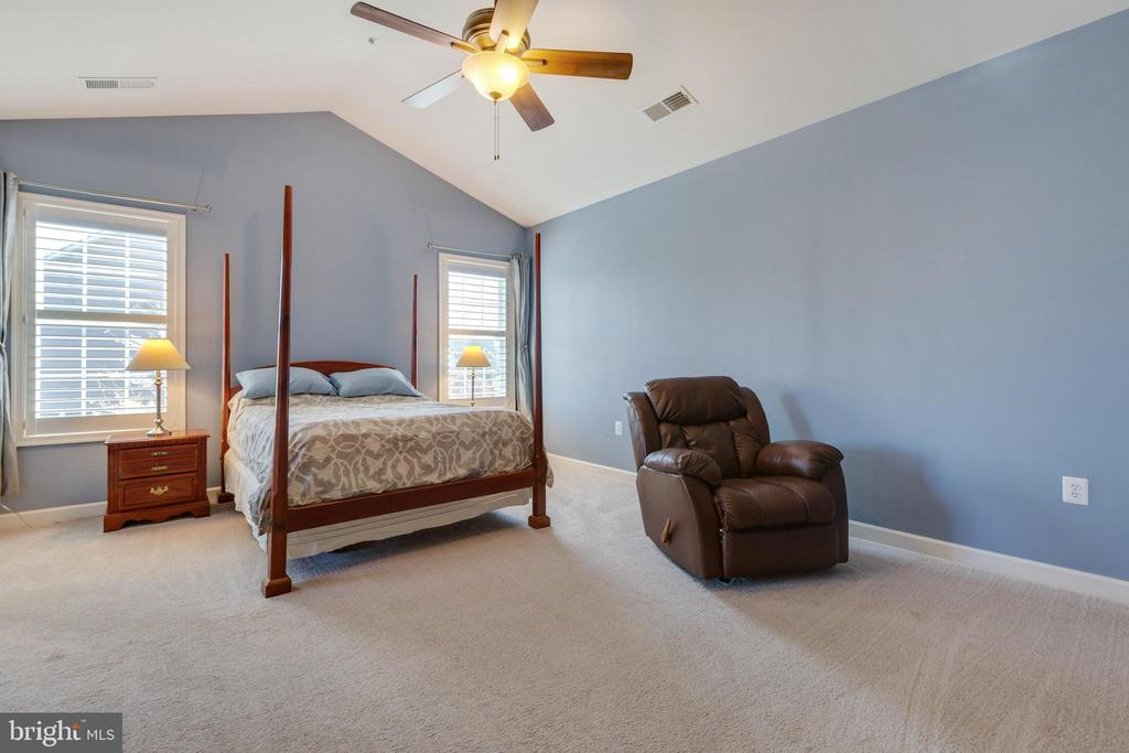 Master Bedroom with vaulted ceiling - 20240 MCNAMARA RD, POOLESVILLE