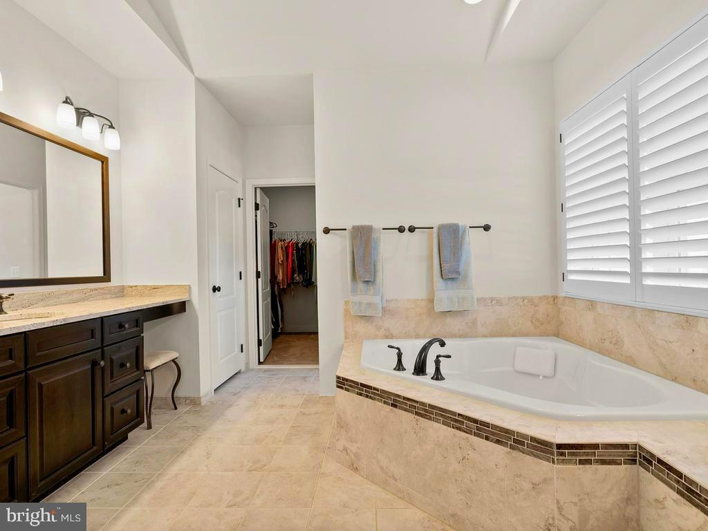 Luxurious Bath with Soaking Tub & 2nd closet - 41488 DEER POINT CT, ALDIE