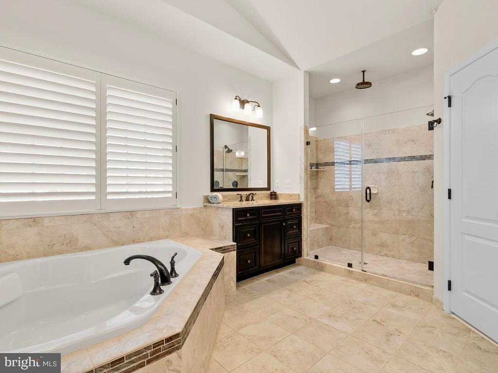 Separate vanities & glass shower w/2 shower heads - 41488 DEER POINT CT, ALDIE