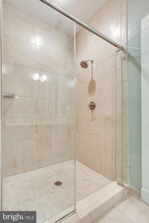 Spacious Walk-In Shower - 1515 11TH ST NW #1-2, WASHINGTON