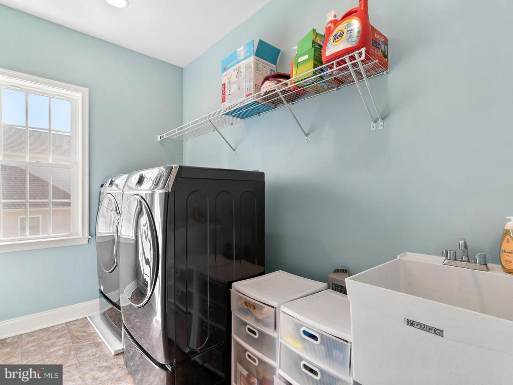 Upstairs Laundry Room with Sink - 41488 DEER POINT CT, ALDIE