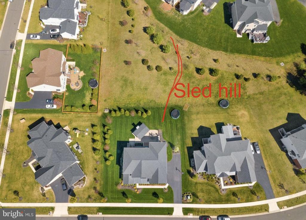 No Neighbors behind you and HOA hill behind you - 41488 DEER POINT CT, ALDIE