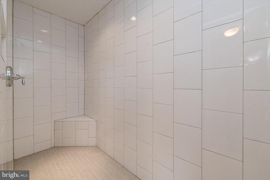 Luxury shower! - 7142 MASTERS RD, NEW MARKET