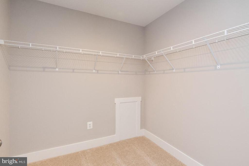Walk-in closet. - 7142 MASTERS RD, NEW MARKET