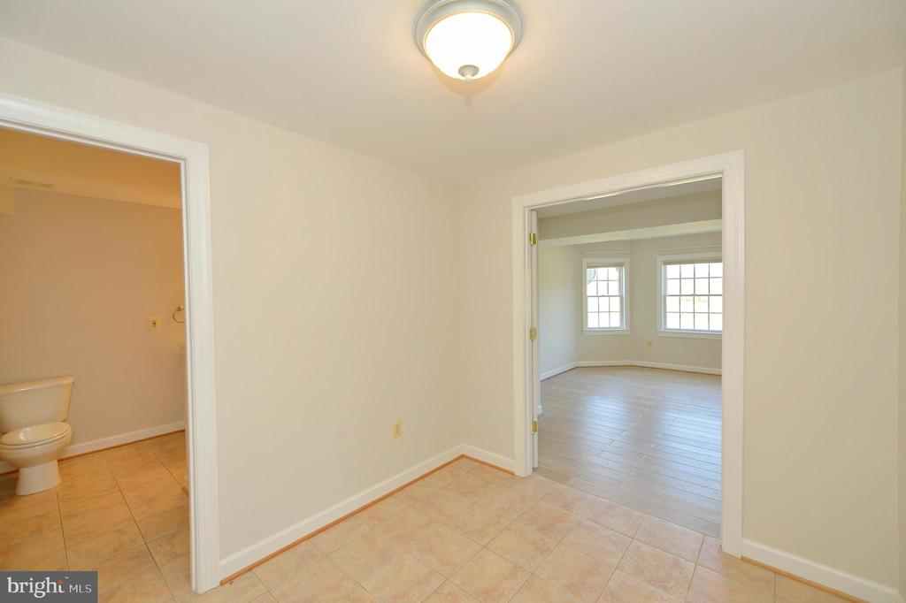 Lower level has a full au-pair/in-law suite - 19771 GREGGSVILLE RD, PURCELLVILLE