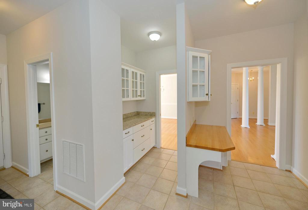 Butlers pantry and planing desk with pocket doors - 19771 GREGGSVILLE RD, PURCELLVILLE