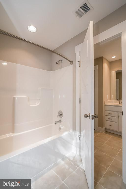 Tub and toilet private from vanities - 344 SADDLE RD, NEW MARKET