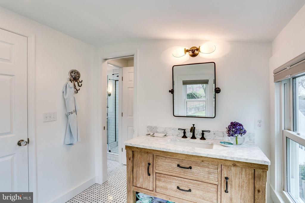 Amazing bathroom! - 900 N FREDERICK ST, ARLINGTON