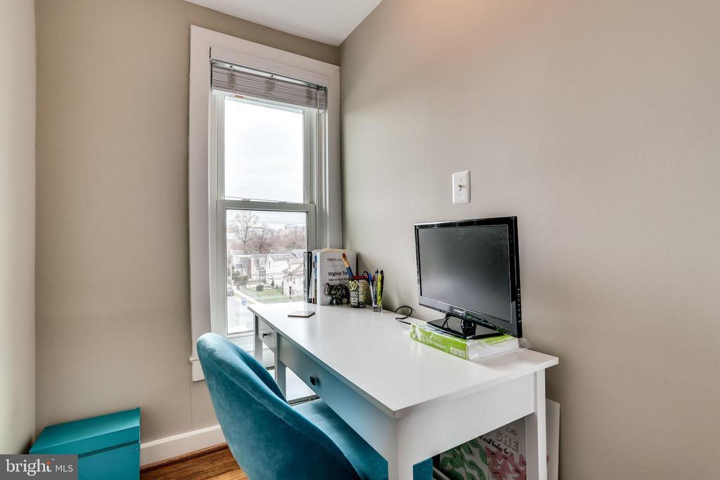 Desk nook on landing - 900 N FREDERICK ST, ARLINGTON