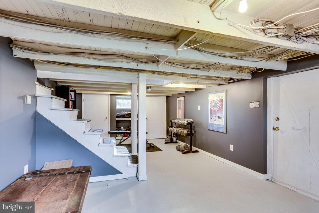Wonderful basement is great work out or office - 900 N FREDERICK ST, ARLINGTON