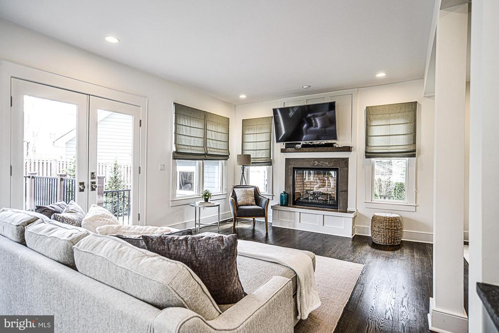 Cozy Family room with gas fireplace - 231 N EDGEWOOD ST, ARLINGTON