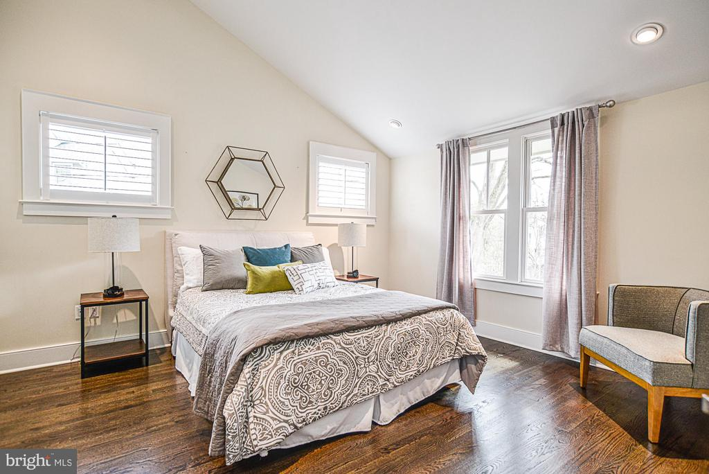 Master suite with vaulted ceiling - 231 N EDGEWOOD ST, ARLINGTON