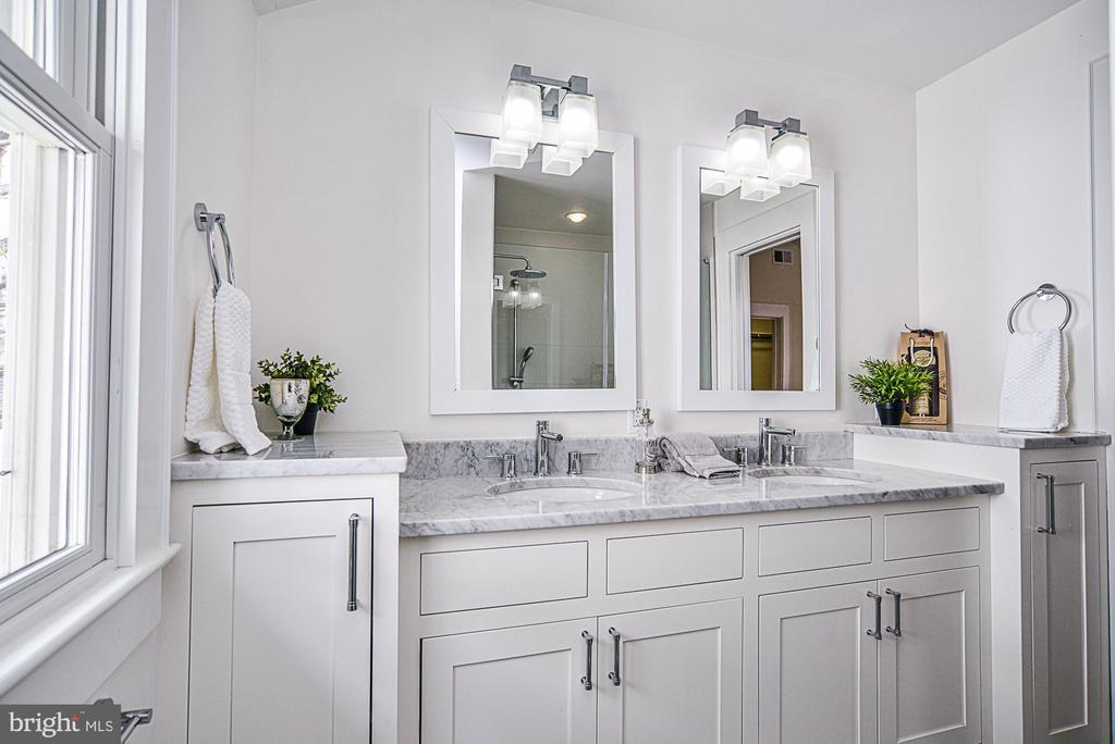 Beautiful master bath - 231 N EDGEWOOD ST, ARLINGTON