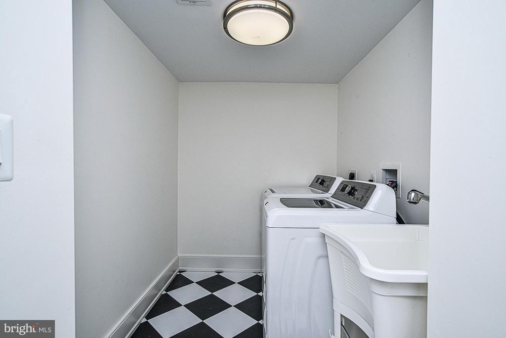 Full size laundry room - 231 N EDGEWOOD ST, ARLINGTON