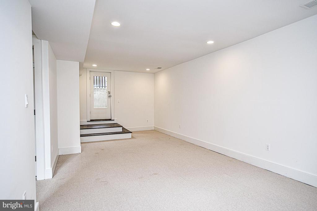 Walkout lower level - 231 N EDGEWOOD ST, ARLINGTON
